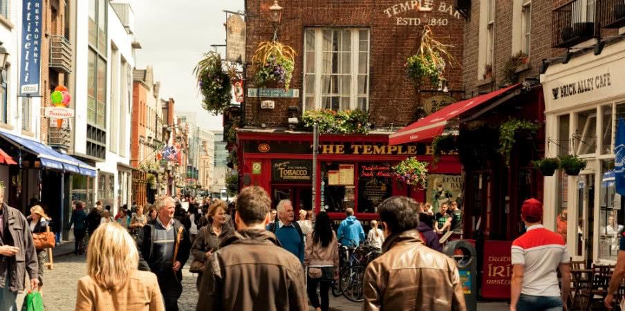 temple bar in dublin street ireland